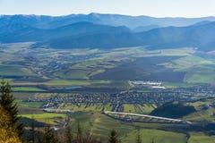 Pueblo Liskova en el valle en la región de Liptov en Eslovaquia fotos de archivo
