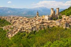 Pueblo medieval de Pacentro, Abruzos, Italia Foto de archivo libre de regalías