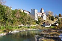 pueblo medieval Sauveterre-de-Bearn visto del puente de la leyenda Imágenes de archivo libres de regalías