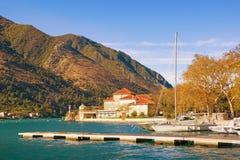 Pueblo mediterráneo de Dobrota cerca de la ciudad de Kotor en un día soleado del otoño montenegro fotografía de archivo