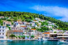 Pueblo mediterráneo en Croacia, isla Brac imagen de archivo