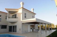 Pueblo moderno con el patio y la piscina de la parrilla del patio trasero Imágenes de archivo libres de regalías