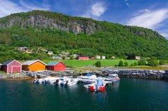 Pueblo noruego entre el mar y la montaña Fotos de archivo libres de regalías