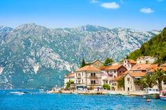 Pueblo Perast en la costa de la bahía de Boka Kotor montenegro MAR ADRIÁTICO Foto de archivo