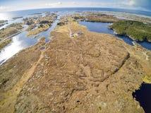 Pueblo pesquero, alrededor del terreno rocoso cubierto con la hierba Fotos de archivo