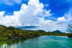 Pueblo pesquero con el cielo azul imagenes de archivo