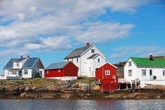 Pueblo pesquero costero noruego tradicional Foto de archivo libre de regalías