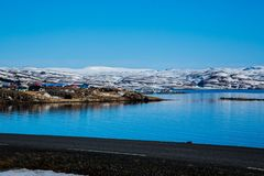 Pueblo pesquero en el fiordo islandés en invierno foto de archivo
