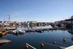 Pueblo pesquero en la costa oeste Fotos de archivo libres de regalías