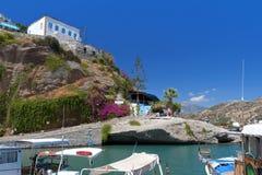 Pueblo pesquero en la isla de Crete en Grecia imagen de archivo