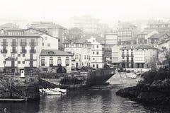 Pueblo pesquero español en la niebla Imagenes de archivo