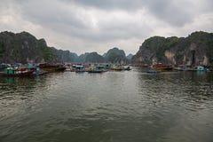 Pueblo pesquero flotante Fotos de archivo libres de regalías