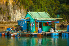 Pueblo pesquero flotante en bahía larga de la ha Imagen de archivo libre de regalías