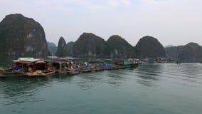 Pueblo pesquero flotante en la bah?a larga de la ha Cat Ba Island, Vietnam almacen de video