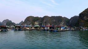 Pueblo pesquero flotante en la bah?a larga de la ha Cat Ba Island, Vietnam metrajes