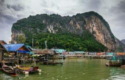 Pueblo pesquero musulmán flotante del acuerdo de Koh Panyi empleado los zancos Bahía de Phang Nga, Krabi, Tailandia Imágenes de archivo libres de regalías