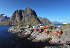 Pueblo pesquero noruego con las chozas rojas tradicionales del rorbu, Reine Fotografía de archivo