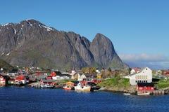Pueblo pesquero noruego con las chozas rojas tradicionales del rorbu, Reine Imagen de archivo libre de regalías