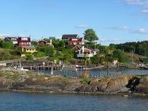 Pueblo pesquero noruego en la costa Foto de archivo