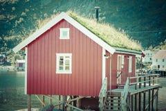 Pueblo pesquero noruego típico con la choza roja tradicional del rorbu Fotografía de archivo