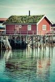 Pueblo pesquero noruego típico con la choza roja tradicional del rorbu Fotografía de archivo libre de regalías