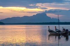 Pueblo pesquero Samchong-Tai en salida del sol en Phang Nga, Tailandia Imagen de archivo