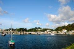 Pueblo pesquero y barco Imagen de archivo libre de regalías