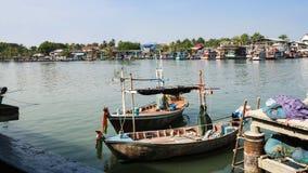 Pueblo pesquero y barco Imagenes de archivo