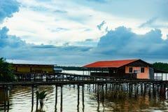 Pueblo pesquero y cielo nublado fotos de archivo