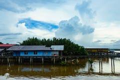 Pueblo pesquero y cielo nublado imágenes de archivo libres de regalías