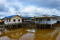 Pueblo pesquero y cielo nublado foto de archivo