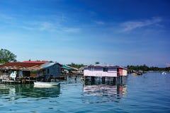 Pueblo pesquero y cielo nublado imagen de archivo libre de regalías