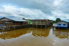 Pueblo pesquero y cielo nublado imagen de archivo