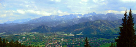Pueblo polaco de Zakopane con las montañas hermosas de Tatra en fondo Foto de archivo
