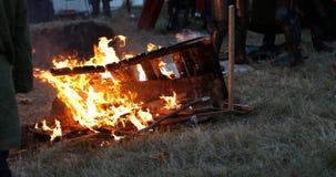 Pueblo quemado caballero medieval almacen de metraje de vídeo