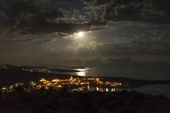 Pueblo Razanj en Croacia en la noche Imagenes de archivo