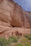 Pueblo-Ruinen in einer roten Felsen-Klippe stockbild