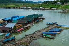 Pueblo rural en el río con el puerto de madera y de bambú para el travellin Imagen de archivo libre de regalías