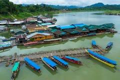 Pueblo rural en el río con el puerto de madera y de bambú para el travellin Imágenes de archivo libres de regalías