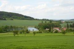 Pueblo rural típico en el paisaje, República Checa, Europa Imagenes de archivo