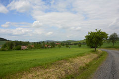 Pueblo rural típico en Forest Landscape bohemio, República Checa, Europa Imagenes de archivo