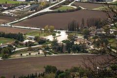 Pueblo rural y calle vistos del top fotos de archivo