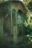 Pueblo ruso abandonado Casa rural arruinada overgrown Imagen de archivo