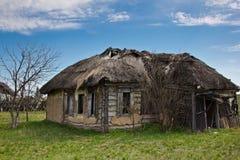 Pueblo ruso abandonado Ruinas de la casa rural con el tejado cubierto con paja Fotografía de archivo
