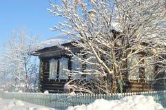 Pueblo ruso en el invierno Imagen de archivo libre de regalías