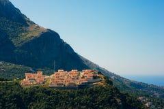 Pueblo ruso en la montaña en Montenegro Foto de archivo