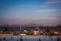 Pueblo ruso en montañas Fotografía de archivo libre de regalías