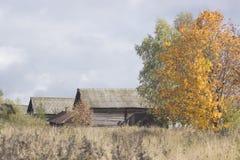 Pueblo ruso en otoño imagenes de archivo