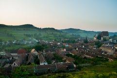 Pueblo sajón hermoso de Transylvanian e iglesia fortificada en luz del sol de la mañana Fotos de archivo libres de regalías