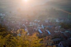 Pueblo sajón hermoso de Transylvanian en luz del sol de la mañana Fotografía de archivo libre de regalías